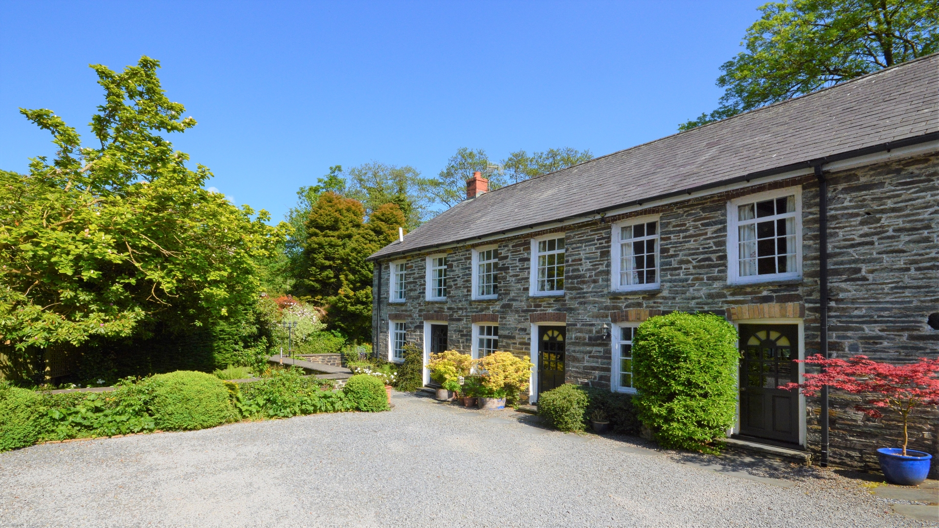 Dolgoch Mill Holiday Cottages Courtyard